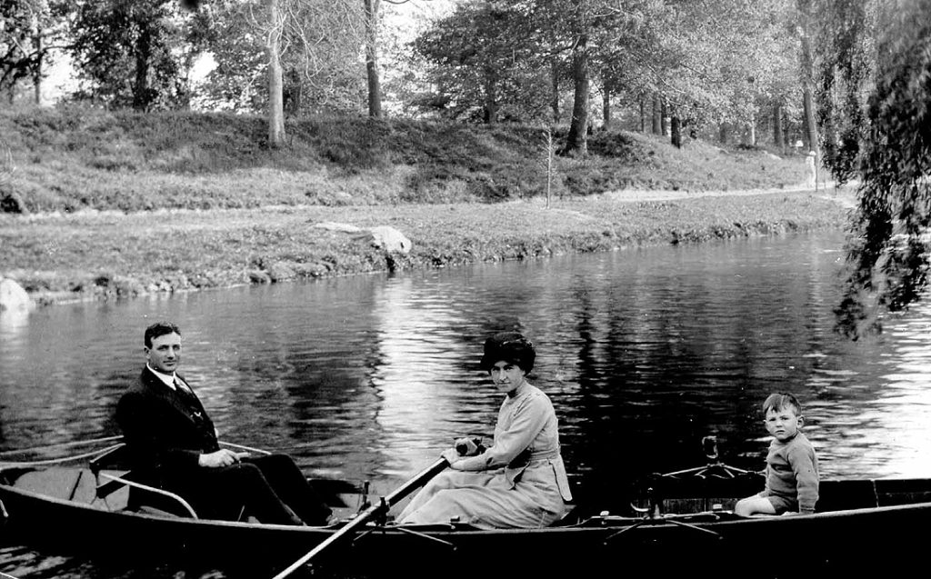 Peter Gaffaney, Margaret (O'Rourke Gaffaney), and Dominic Gaffaney, on the Avon River, Christchurch, c.1914