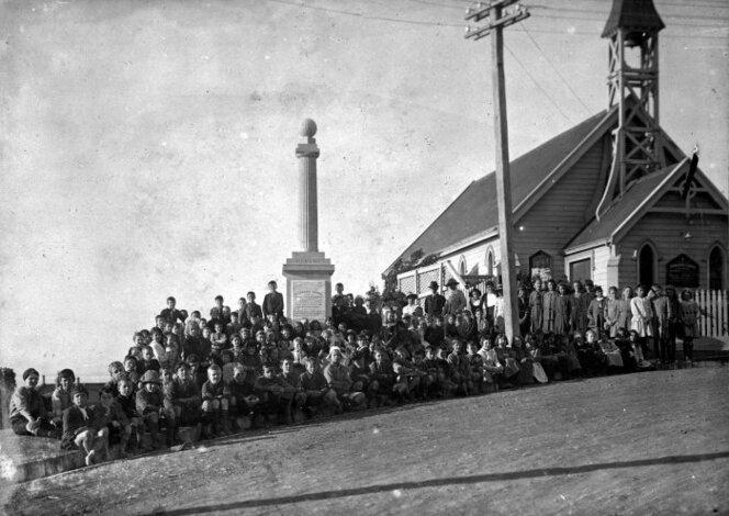 Roseneath war memorial, surrounded by pupils of Roseneath School, 1925